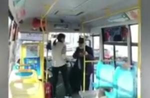 焦作公交车司机嫌臭堵车门拒载老人?已被停岗