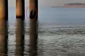 男子被困太湖5小时 80岁阿婆摇船救人
