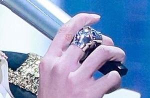 「TFBOYS」「新闻」201111 易烊千玺在手腕上画千纸鹤,这大概是双向爱吧