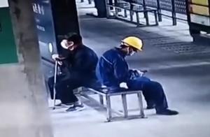 农民工返回擦刚坐过的椅子,网友:好温暖的举动
