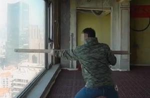 迷惑行为!网红用棍猛砸41楼落地窗测质量,网友炸锅:智商呢?