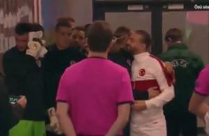尴尬!克罗地亚队长踢了半场被告知确诊,曾与对手拥抱寒暄