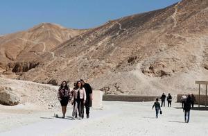 埃及发现2500年前大型墓地 墓地里有100多个完整石棺