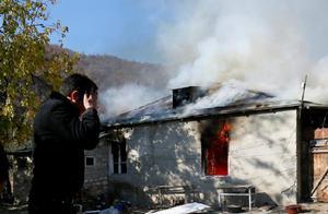 亚美尼亚人撤离前含泪烧房子:绝不留给阿塞拜疆人