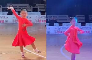 比赛现场小女孩边哭边跳舞,动作仍一气呵成!拍摄者:上场前或被教训过
