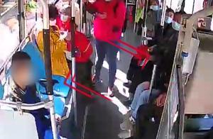 """坚持6年!公交司机每天背""""轮椅男孩""""上下车"""