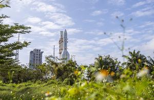 嫦娥五号整装待发 长征五号遥五运载火箭完成垂直转运