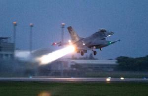台军连夜搜救失联F-16战机飞行员 已过12小时仍未寻获