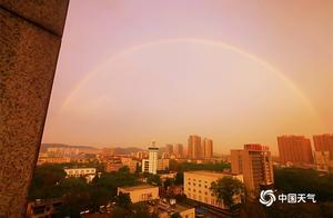 武汉天空上演气象大片 绚丽双彩虹与晚霞携手登台