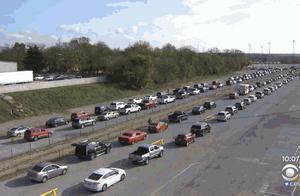 """感恩节前夕,美国得克萨斯州数万人排队领取""""救济粮"""""""