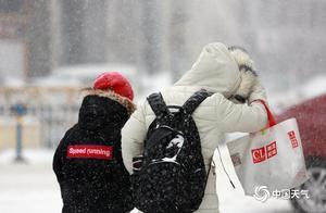 黑龙江发布暴雪红色预警 哈尔滨中山路积雪明显出行难