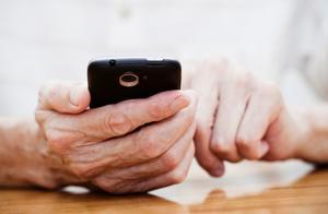 调查:九成受访青年愿意教父母使用电子产品