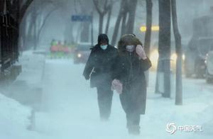 女孩寒风中站数小时,背后故事很暖……