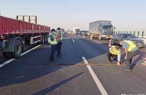 司机在高速路中放千斤顶致交通事故?交警来辟谣了