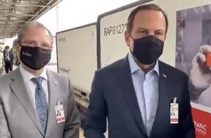 12万剂中国疫苗运抵巴西,圣保罗州长赴机场迎接:这将拯救巴西人