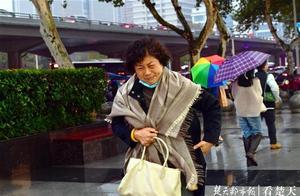 """武汉在持续低温中迎来""""小雪"""""""