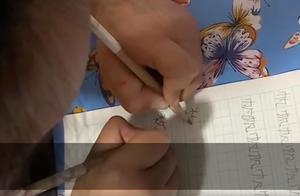 安徽一7岁女孩双手同时写字,家人称没有刻意训练,碰巧都会