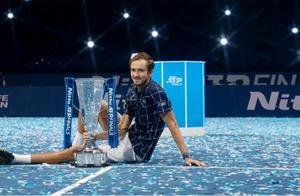 ATP年终总决赛 梅德韦杰夫连胜世界前三勇夺冠军
