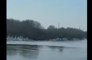 愿平安!哈尔滨一男子冬泳上岸时遇冰面坍塌坠江,4名潜水员搜救