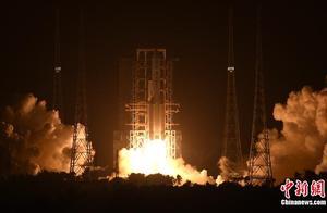 长征五号遥五火箭将嫦娥五号探测器发射升空