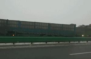 陕西包茂高速关庄沟大桥路段发生交通事故,40余辆车相撞,10余辆车起火,多人被困