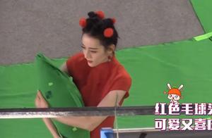 201124 迪丽热巴拍摄路透分享 红色旗袍搭配红色毛球头饰可爱又喜庆