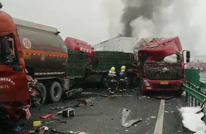 痛心!团雾导致,陕西高速40余辆车相撞10余车起火,已致3死6伤