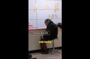 宜昌医保局回应老人冒雨用现金交医保被拒事件始末:最新进展