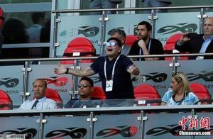 """再见迭戈!阿根廷""""球王""""马拉多纳因心脏骤停去世"""