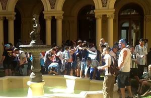 突发!马拉多纳告别现场发生多起暴力事件,仪式提前结束,遗体将葬于阿根廷首都市郊