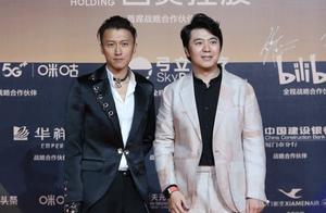 谢霆锋与郎朗共同登上金鸡奖红毯 项饰个性十足