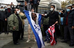 现场:伊朗学生抗议科学家遇害 怒烧美国以色列国旗