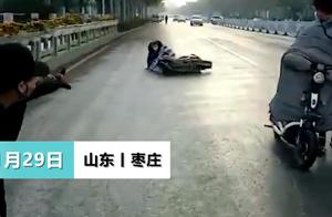 山东枣庄零下4度洒水车洒水致路面结冰,市民接二连三滑倒