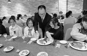 同学们请坐好 下面由校领导为你们上菜
