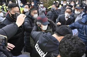 素媛案罪犯赵斗淳出狱遭民众掷鸡蛋,官员称他有悔意