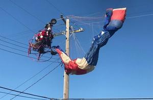 """""""圣诞老人""""开滑翔机给孩子送糖果撞上电线被挂12米高空"""