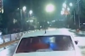 私家车多次逼停出警消防车被罚,网友:请为生命让道!司机咋想的?