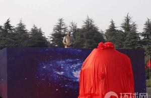 毛泽东同志诞辰127周年前一天,神舟十号载人飞船返回舱交接仪式在韶山举行