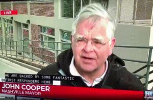 美国发生惨烈爆炸 市长接受采访咧嘴大笑