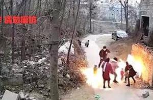 太悬!爸爸好奇点液化气小孩瞬间被火球包围,妈妈不顾危险迅速将孩子拉出