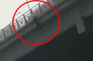 """""""你倒是跳啊"""",女子跳桥遭围观男子拍视频起哄,网友怒了"""