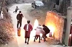 爸爸好奇点燃液化气残液引爆燃,孩子被火球包围,多亏妈妈一把拽出