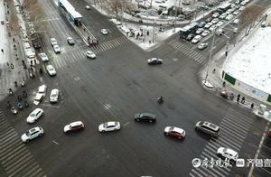 """""""半小时走了300米""""受降雪影响,山东省内多地路况出现拥堵"""