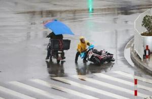 现在已经冻得发抖,明天最高气温只有-1℃!霸王级寒潮杀到,他们在忙着给上海穿棉衣