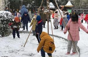 下雪了,幼儿园里的小孩子们在雪地里嗨翻天
