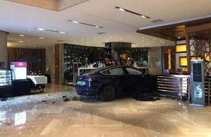 """特斯拉又""""失控""""了,杭州一辆Model 3撞入酒店大堂"""
