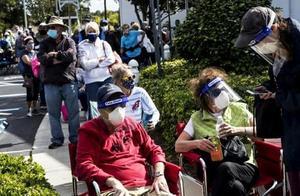 美国新冠疫苗接种现混乱:数百老人彻夜排队14小时,险些斗殴