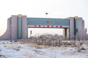 内蒙古二连浩特:野生黄羊跨境觅食 边检民警加强保护