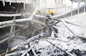 """心疼!零下8℃消防员扑灭火灾后,战斗服瞬间被冻成""""冰盔甲"""""""