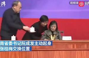 张桂梅被云南省委书记搀扶入座,网友:她值得!改变了许多人命运